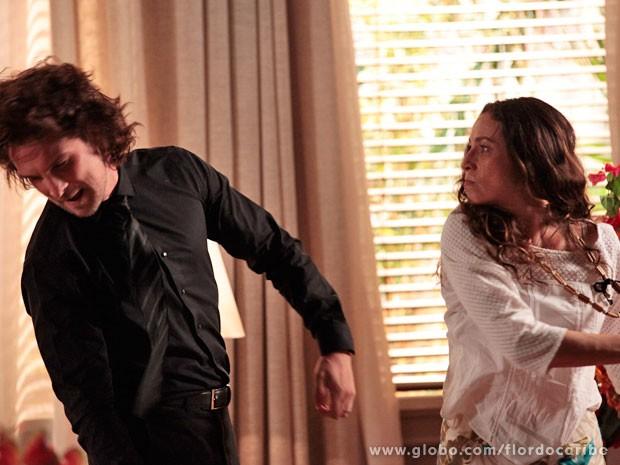 Alberto tenta expulsar Bibiana e leva um tapa na cara (Foto: Flor do Caribe / TV Globo)