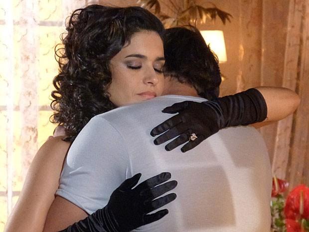 Cristal dá um forte abraço em Cassiano (Foto: Flor do Caribe/TV Globo)