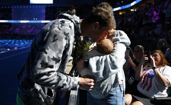Michael Phelps beija o filho após receber a medalha de ouro dos 200m medley (Foto: Rob Schumacher / USA Today / Reuters)