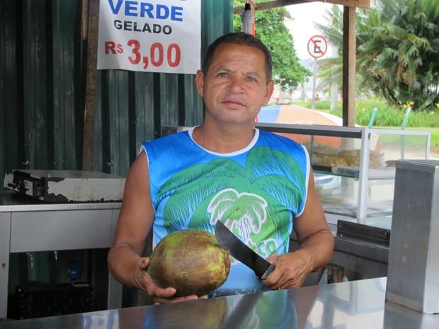 Comerciante afirma que trabalha cerca de 15 horas por dia (Foto: Anna Gabriela Ribeiro/G1)