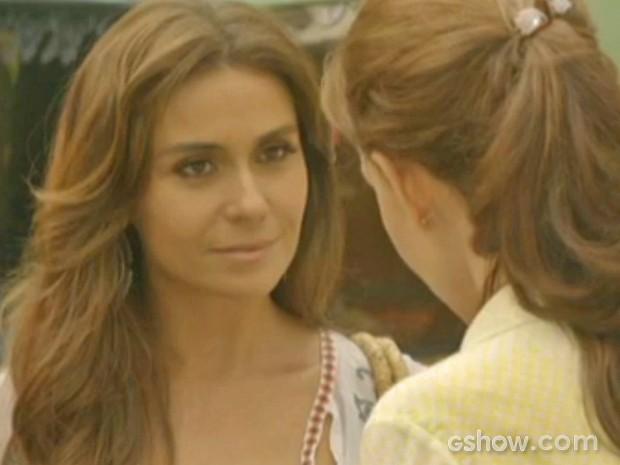 Clara fica sem reação após pergunta de Helena (Foto: Em Família/ TV Globo)