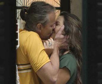 Vavá conta a Mel que se separou (Foto: TV Globo)