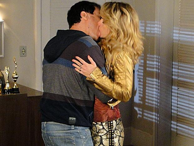 Que lindos! Inácio e Rosário reatam e comemoram com um beijo cinematográfico (Foto: Cheias de Charme / TV Globo)