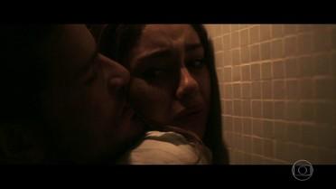 Vitor ataca Renato e sequestra Alice