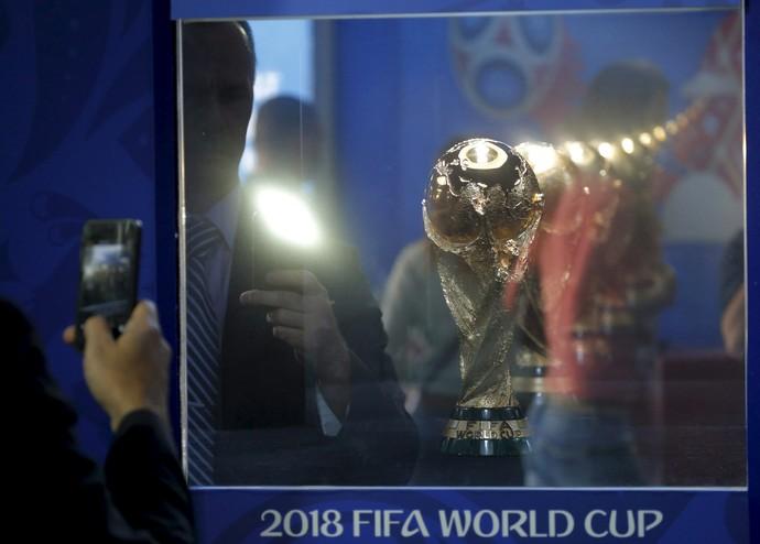 Taça Fifa em exibição na Rússia pela Copa do Mundo 2018 (Foto: REUTERS/Maxim Shemetov)