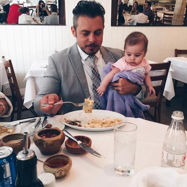 Luigi Baricelli com a netinha, Helena (Foto: Reprodução/Instagram)
