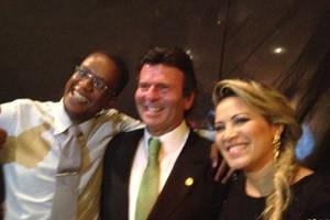 O ministro Luiz Fux tirou fotos com convidados da festa após cantar (Foto: Mariana Oliveira / G1)