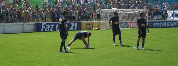 Torcedores lotam a Arena do Calçado para assistir ao treino do Cruzeiro, em Nova Serrana (Foto: Cleber Corrêa)