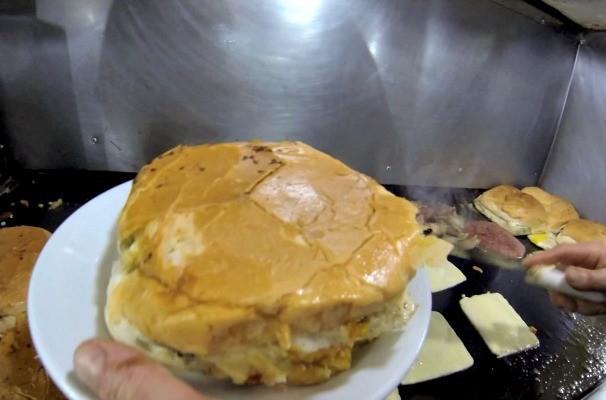 Xis é opção de lanche saboroso e barato no Rio Grande do Sul (Foto: Reprodução/RBS TV)