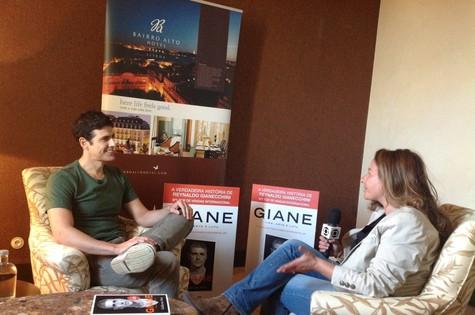 Reynaldo Gianecchini durante entrevista para TV de Portugal (Foto: Divulgação)