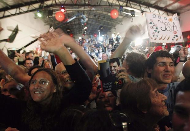 Partidários de Sergio Massa celebram os resultados das eleições legislativas em Buenos Aires (Foto: Enrique Marcarian/ Reuters)