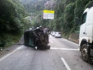 Três pessoas ficaram feridas no acidente (Foto: Hélio Marques do Nascimento / VC no G1)