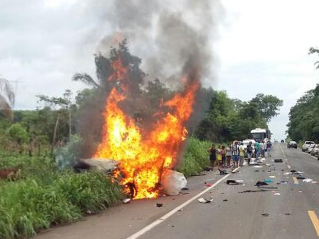 Motorista perdeu controle da direção do veículo após passar por cima de um buraco na rodovia (Foto: Divulgação/PRF)