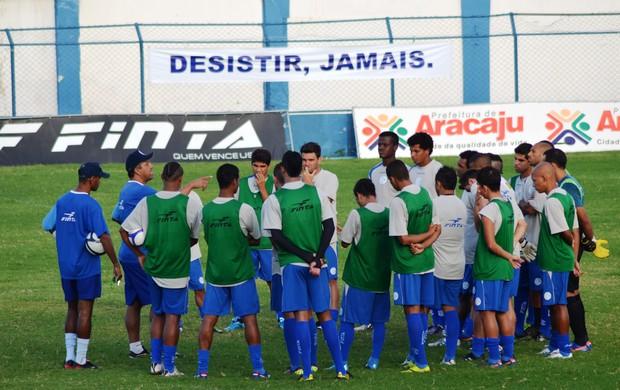 Frases com o novo lema do Confiança foram espalhadas pelo campo (Foto: Felipe Martins/GLOBOESPORTE.COM)