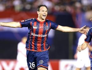 Mauro Matos comemora gol do San Lorenzo contra o Nacional-PAR (Foto: Agência AP)