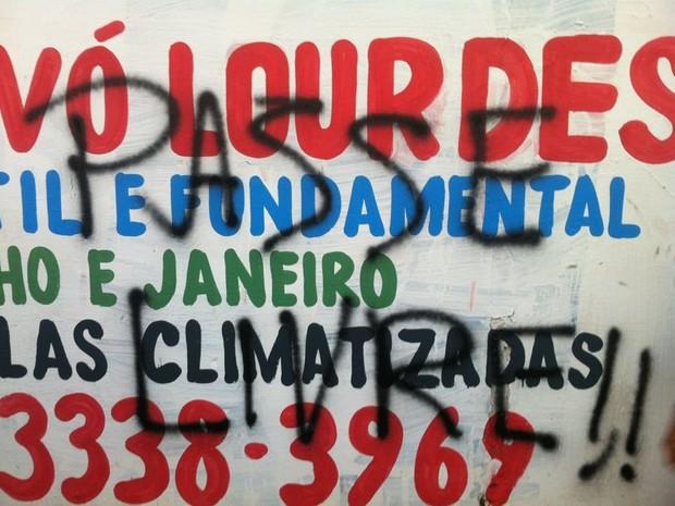Muro é pichado por manifestantes. (Foto: Michelle Farias/G1)