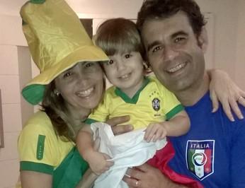 Adrianna e Giuseppe garantem que o filho Edoardo ainda não tem que escolher um lado (Foto: Adrianna da Fonte/Arquivo Pessoal)