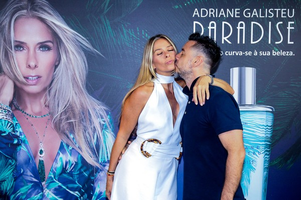 Superdecotada, Adriane Galisteu ganha carinho do marido em evento