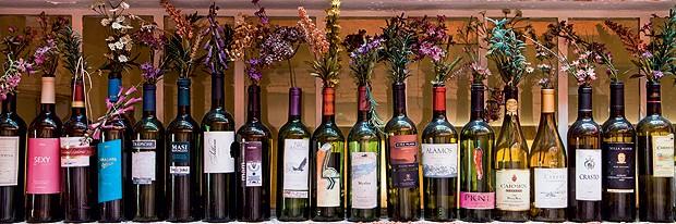 Flores cabem em todos os cantinhos em dias de festa, até na coleção de garrafas de vinho, como fez o diretor teatral Eduardo Martins (Foto: Lufe Gomes/Casa e Comida)