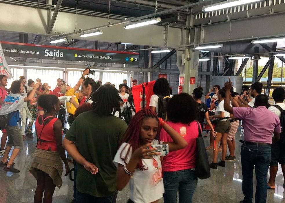 Manifestantes vão para a estação rodoviária do metrô de Salvador (Foto: Juliana Almirante/G1)