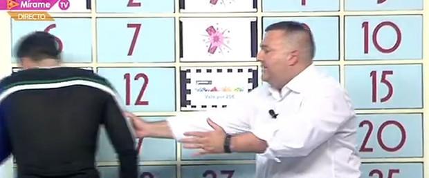 Cantor Dienis passa mal em programa ao vivo na Espanha (Foto: Reprodução)