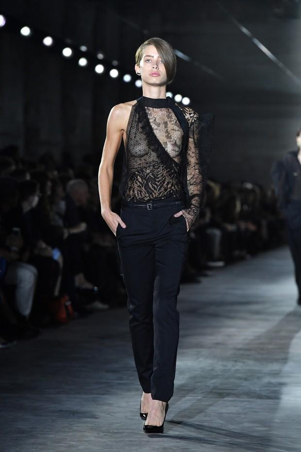 Grife Saint Laurent aposta em decotes exagerados e transparência no desfile do Paris Fashion Week (Foto: Getty Images)
