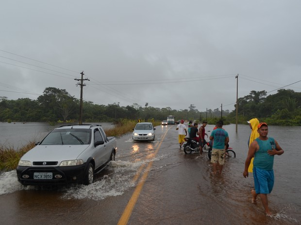 Rio Lage, na BR-425, entre Guajará e Nova Mamoré, invadiu pista  (Foto: Dayanne Saldanha/G1)