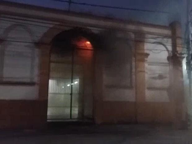 Incêndio atinge Mercadão em São José (Foto: Ana Beatriz/ Vanguarda Repórter)