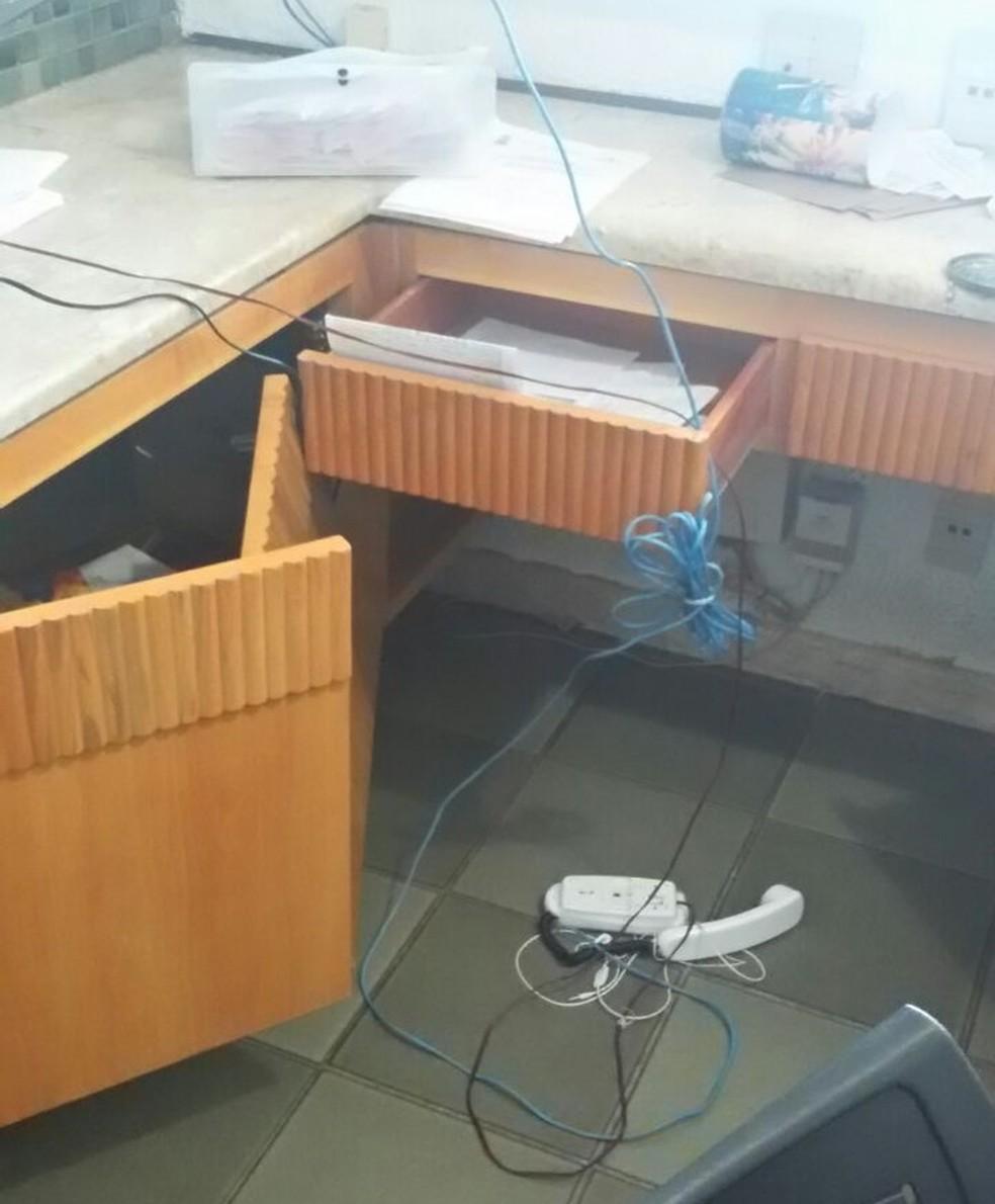 Assaltantes reviraram gavetas da unidade de saúde (Foto: Arquivo Pessoal)