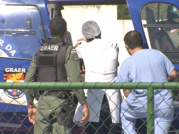 Médicos do Hospital do Subúrbio e policiais do Graer em atendimento na Bahia (Foto: Imagens/ TV Bahia)
