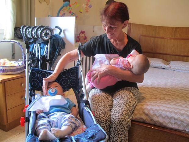 Antônia Letícia passa o dia todo cuidando do casal de gêmeos (Foto: Anna Gabriela Ribeiro / G1 Santos)