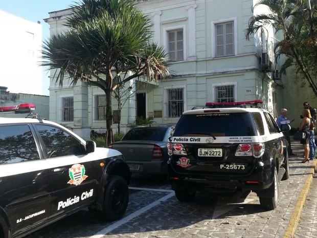 Policiais fazem operação na Prefeitura de São Vicente (Foto: Fabio Garcez/TV Tribuna)