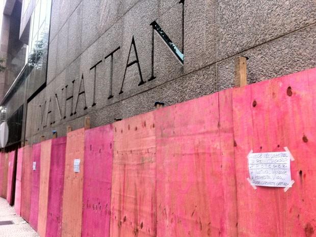 Cartazes são colocados nos tapumes que protegem o Manhattan Tower.  (Foto: Cristiane Cardoso/G1)