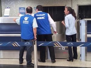 Fiscalização da Anac no aeroporto de Viracopos (Foto: Leandro Filippi / G1)