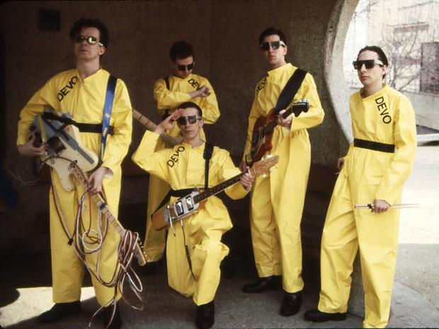 O Devo em formação de 1978: Mark Mothersbaugh, Bob Mothersbaugh, ajoelhado, Jerry Casale, Bob Casale e Alan Myers (da esquerda) (Foto: AP/Janet Macoska)