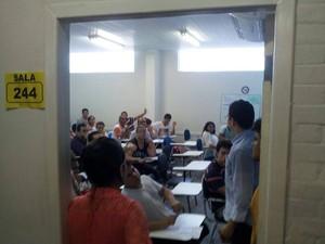 Candidatos reclamam da falta de climatização em algumas salas da Faculdade Estácio, em São Luís. (Foto: Arnaldo Bandeira)