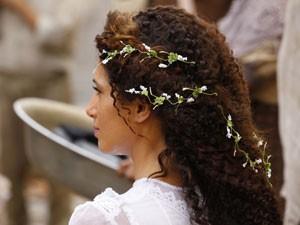 Isabel com flores no cabelo (Foto: Lado a Lado/TV Globo)