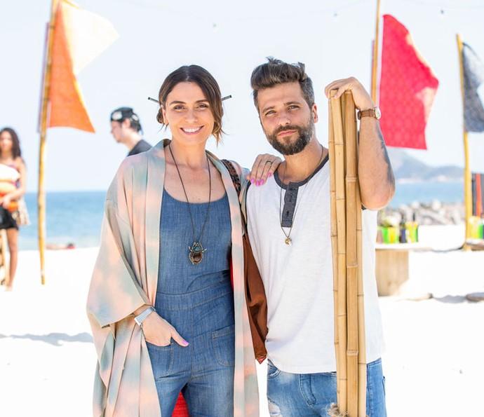 Caracterizados como Alice e Mario, Giovanna Antonelli e Bruno Gagliasso posam nos bastidores da gravação na praia (Foto: Ellen Soares / Gshow)