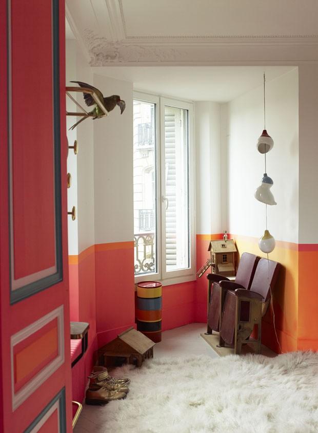 Estilista Manish Arora tem apartamento multicolorido e com peças garimpadas (Foto: Gaelle Le Boulicaut)
