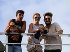 Filho de Saulo Fernandes curte trio do pai acompanhado na Bahia