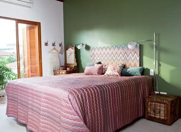 No quarto do casal, a parede na cor cactus, da Suvinil, ganha movimento com a estampa da cabeceira Missoni Home em tons lavados. roupa de cama e almofadas da mesma marca. Ganchos da Tok & Stok. a penteadeira de madeira completa o clima (Foto: Lufe Gomes)