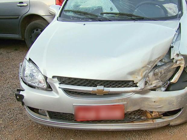 Assaltante bateu carro em barranco durante fuga de assalto em Varginha (Foto: Reprodução EPTV)