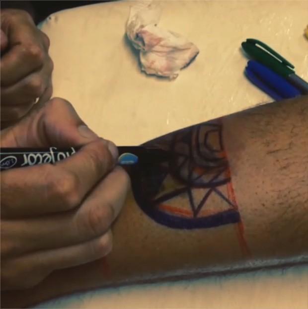 Thammy Miranda em estúdio de tatuagem (Foto: Instagram / Reprodução)