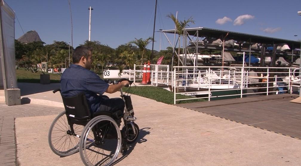 Cadeira de rodas manual é transformada em motorizada com equipamento elétrico (Foto: Miguel Folco / G1)