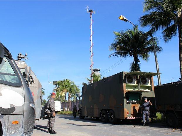 Equipamentos que rastreiam a presença de metal, utilizados em missões no Haiti e Rio de Janeiro, são usados durante ação (Foto: Adneison Severiano/G1 AM)