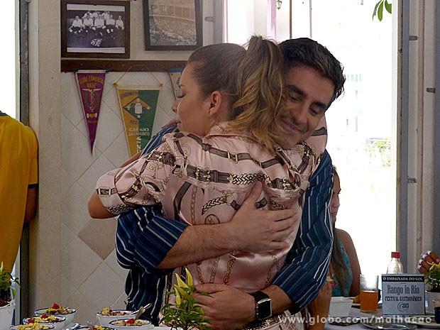 Bernardete e Abelardo se abraçam carinhosamente no restaurante (Foto: Malhação / TV Globo)