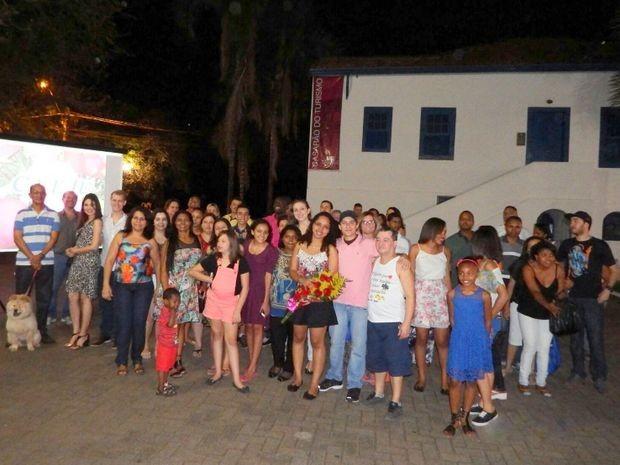 Amigos e parentes se reuniram na Rua do Porto para ver o pedido de casamento em Piracicaba (Foto: Juliano Amaral/Acervo pessoal)
