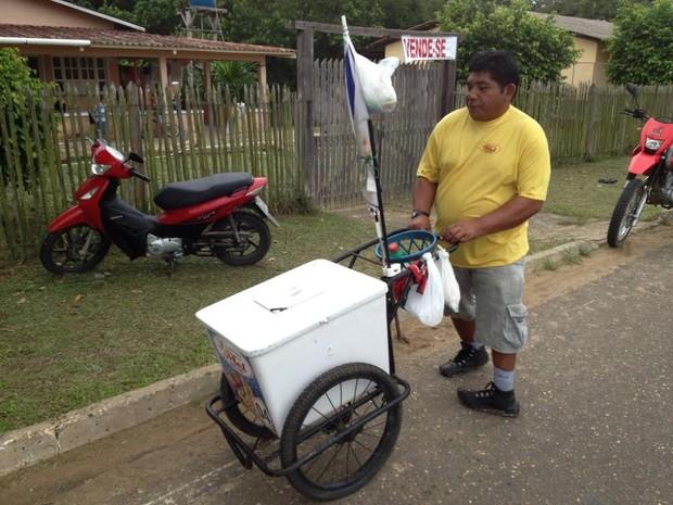Índio trabalha vendendo picolé, em Cruzeiro do Sul (Foto: Genival Moura/G1)