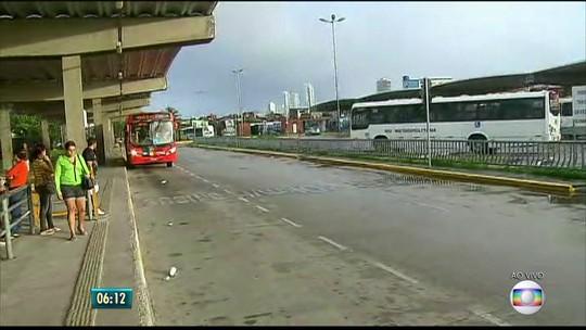 Terceiro dia de greve de rodoviários começa com 37% de ônibus nas ruas, diz Grande Recife Consórcio