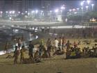 Cariocas curtem a praia além do pôr do sol com a chegada do calor